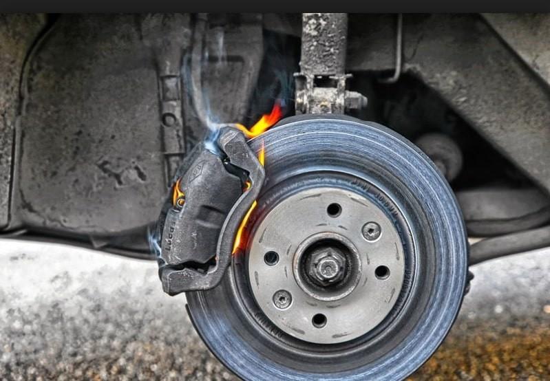Как выглядят тормозные колодки на ободе колеса?